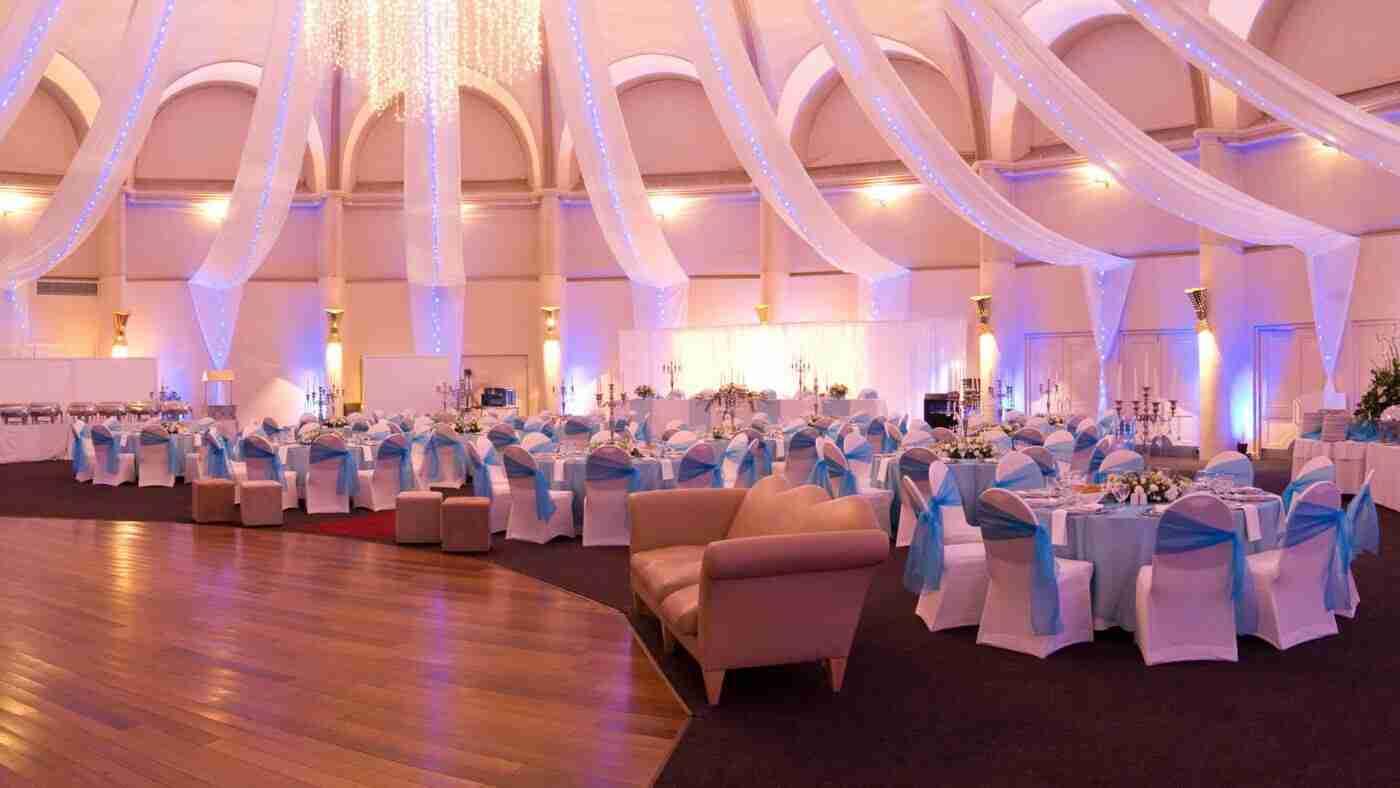 Mobiliers, chaises et tables dans une grande salle de réception pour un mariage