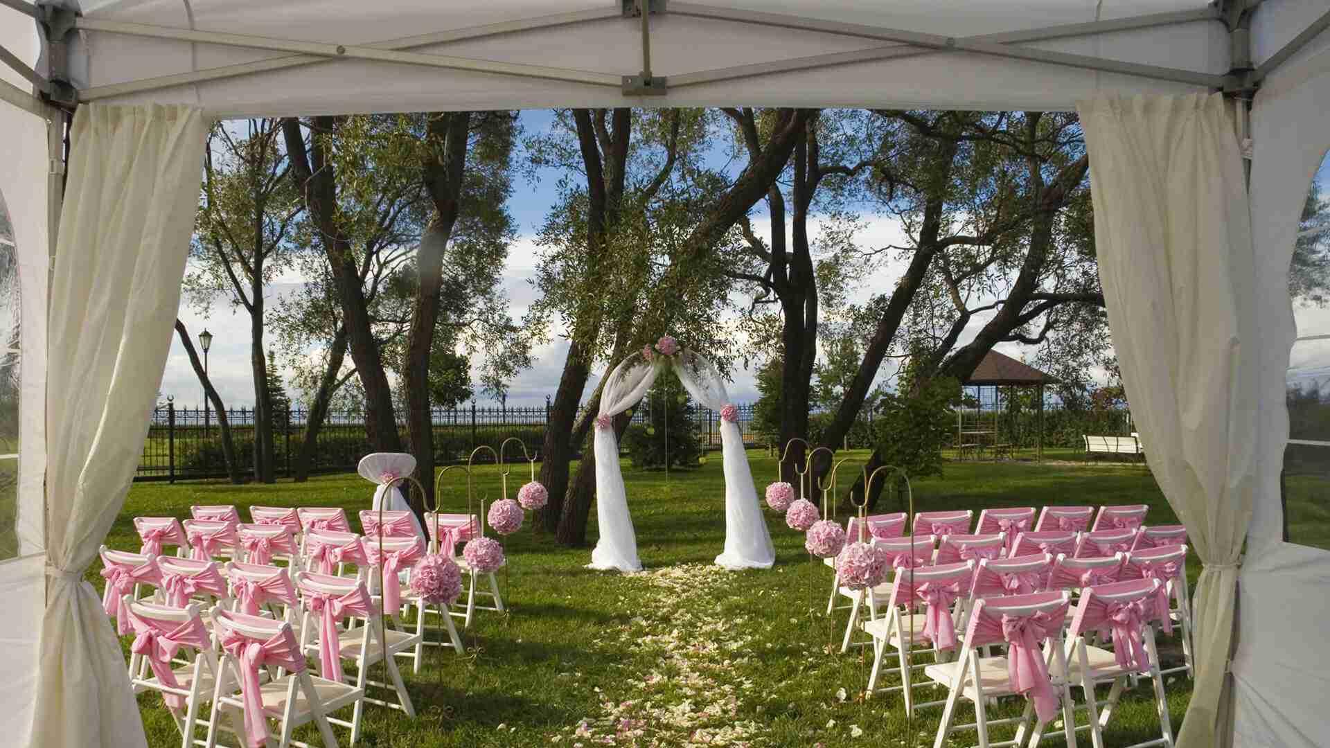 Chaises pliantes blanches avec chapiteau - Mariage